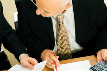 Geschäftsleute diskutieren einen Deal