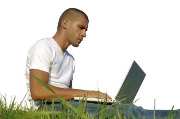 travail sur ordinateur dans l'herbe