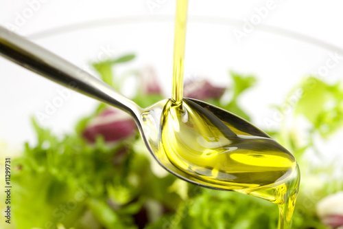 Fotobehang Salade Pouring oil