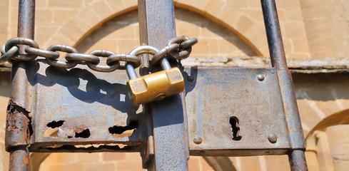 Tor mit Schloss no.2