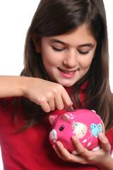 bambina mette moneta nel salvadanaio