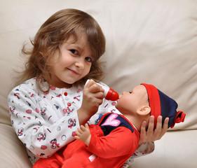 bimba che gioca con la bambola
