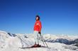Skifahrer sonnt sich am Gipfel
