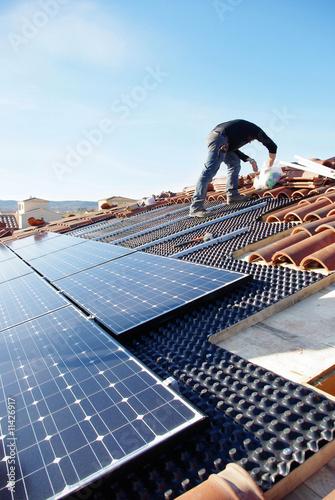 Leinwanddruck Bild Toit en panneaux photovoltaïque