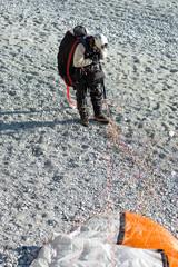 Paracadutista atterrato sulla spiaggia