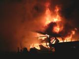 Nächtlicher Großbrand auf einem Bauernhof poster