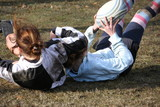 Fototapety 2 filles tombent en jouant au rugby