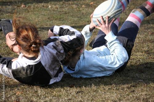 2 filles tombent en jouant au rugby