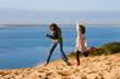 danser librement sur le sommet de la dune