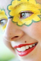 Sourire jeune fille maquillée