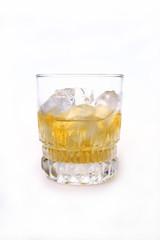 Copo de whisky com gelo no fundo branco