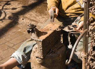 Détail du travail d'un jeune ferronier