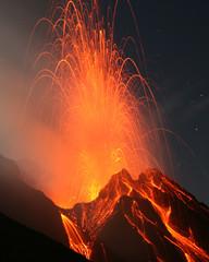 Vulkanausbruch. Nächtliche Eruption am Vulkan Stromboli