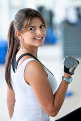 woman lifting free weights