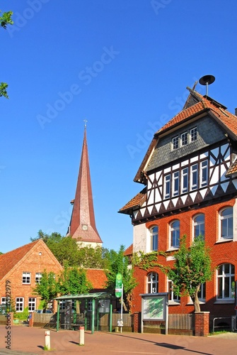 Leinwanddruck Bild Burgwedel, Grundschule, St. Petri Kirche