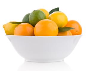 Zitrusfrüchte in Schüssel seitlich