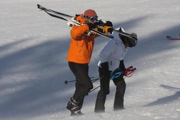 couple portant leurs skis
