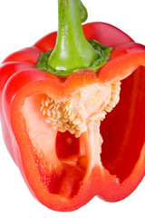 angeschnittene rote Paprika isoliert auf weiß