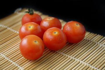 Tomate cherry  sobre carpeta de bambú (makisú)
