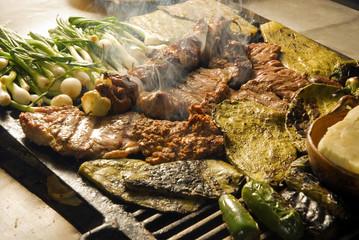 Carne asada a la parrilla con nopales, queso y chiles. México