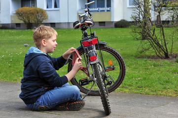 Junge putzt sein Fahrrad