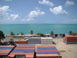 containeres com vista para o mar