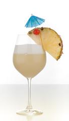 Pina Colada mit Ananas Kirsche und Schirmchen