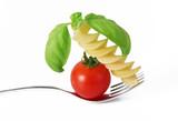 Fototapety forchetta con pomodoro basilico e pasta italiana