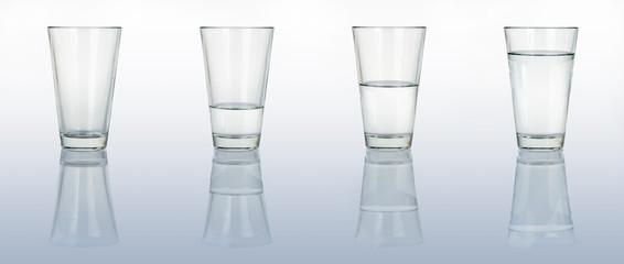 Vier Gläser Wasser