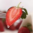 Erdbeere halbiert auf Gabel, Wassertropfen
