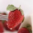 Erdbeere frisch auf einer Gabel, Wassertropfen