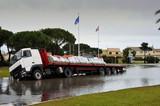camion dans le fossé inondé poster