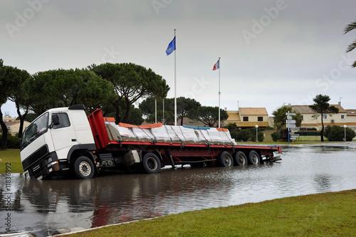camion dans le fossé inondé - 11836992