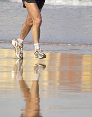 Hombre corriendo por la playa