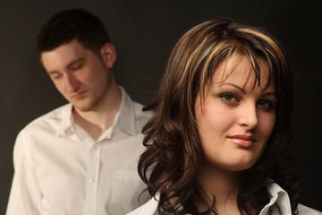 Junges Paar, Sie steht im Vordergrund