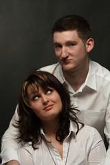 Junges Paar, skeptisch blickend