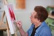 Aktive Seniorin malt in Freizeit ein Bild