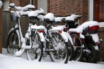 eingeschneite Fahrräder