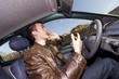 jeune homme au téléphone portable en voiture risque d'accident