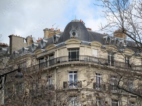 Immeuble classique en pierre, derniers étages.