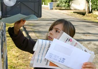 fillette à la boîte à lettres