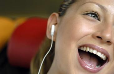 Ragazza ascolta musica e canta