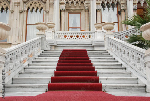 Aluminium Trappen red carpet and marble staircase
