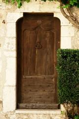 antica porta in legno con portale in pietra
