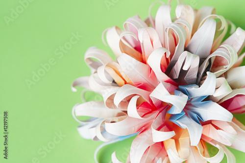 multicolour-origami-kwiatu-pilka-na-zielonym-tle
