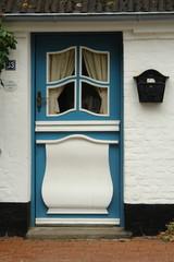 porta artistica azzurra e bianca
