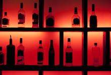 Powrotem świeci butelek w barze koktajlowym