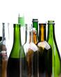 Vielen leere Flaschen senkrecht vor weiß