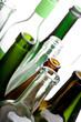 Leere grüne und weiße Flaschen