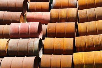 canecas metalicas abandonadas y oxidadas